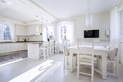 Cucina con un'area pranzante luminosa fotografia stock libera da diritti