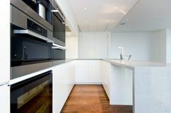Cucina contemporanea con gli apparecchi superiori di spec. fotografie stock