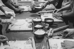 Cucina, cucinante i prodotti della pasta Immagini Stock Libere da Diritti