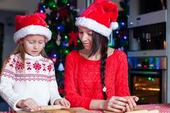 Cucina dei biscotti di Natale di cottura della famiglia a casa sopra Fotografie Stock Libere da Diritti