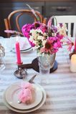 cucina del cottage di estate decorata per la cena festiva Regolazione romantica della tavola con le candele fotografia stock libera da diritti