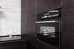 Cucina del legno duro con costruire-nel forno a microonde Fotografia Stock