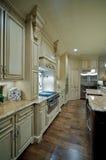 Cucina dell'alta società con i controsoffitti del granito Fotografia Stock