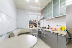 Cucina dell'alta società in una casa moderna Immagini Stock Libere da Diritti