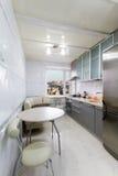 Cucina dell'alta società in una casa moderna Fotografia Stock Libera da Diritti