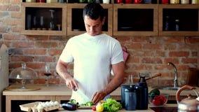 Cucina dell'avocado di taglio dell'uomo stock footage
