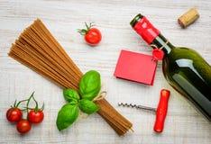 Cucina dell'italiano del vino e degli spaghetti Immagini Stock Libere da Diritti