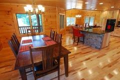 Cucina della casa di libro macchina ed interiore pranzare Fotografie Stock Libere da Diritti