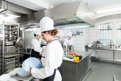 Cucina della mensa con i cuochi unici durante il servizio Immagini Stock