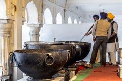 Cucina dentro il Harimandir Sahib al comple dorato del tempio Immagine Stock