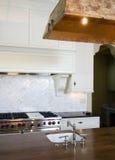 Cucina di bianco della casa di stile del cottage Fotografie Stock Libere da Diritti