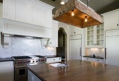 Cucina di bianco della casa di stile del cottage Immagine Stock Libera da Diritti