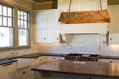 Cucina di bianco di stile del cottage Immagini Stock Libere da Diritti