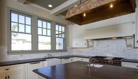 Cucina di bianco di stile del cottage Fotografie Stock