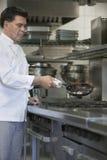 Cucina di Cooking Food In del cuoco unico fotografia stock