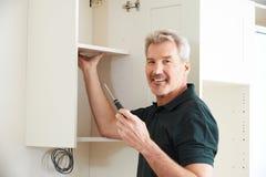 Cucina di Installing Luxury Fitted del carpentiere fotografia stock