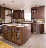 Cucina di legno di Brown con l'isola Fotografia Stock Libera da Diritti