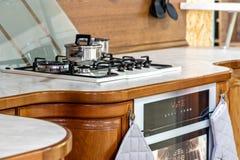 Cucina di legno classica L'inclusione delle soluzioni di progettazione moderna fotografia stock libera da diritti