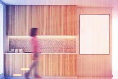 Cucina di legno con i controsoffitti tonificati Fotografia Stock