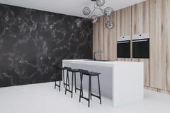 Cucina di legno con il lato della barra, primo piano di marmo nero Fotografia Stock Libera da Diritti