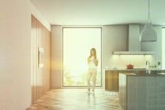 Cucina di legno e bianca con un fornello, donna del sottotetto Fotografia Stock Libera da Diritti