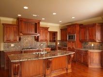 Cucina di legno scura domestica di lusso Fotografie Stock