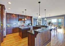 Cucina di lusso con la combinazione di stoccaggio di marrone scuro Fotografia Stock