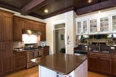 Cucina di lusso in legno scuro fotografia stock