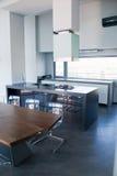 Cucina di lusso in una grande casa Fotografia Stock