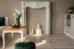 Cucina di piano e salone aperti grigi, foto reale con il portale bianco del camino con le candele fotografia stock