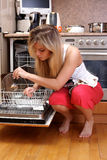 Cucina di pulizia della donna Fotografia Stock Libera da Diritti