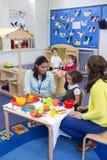 Cucina di Roleplay alla scuola materna fotografie stock