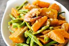Cucina di verdure asiatica in latte di noce di cocco Immagini Stock