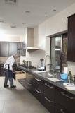 Cucina di Working In Commercial del cuoco unico fotografia stock libera da diritti