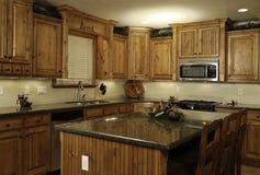 Cucina domestica moderna spaziosa Fotografia Stock Libera da Diritti