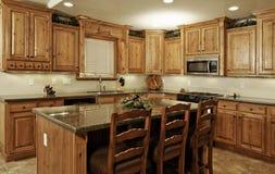 Cucina domestica moderna spaziosa Fotografie Stock Libere da Diritti