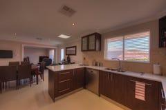 Cucina e sala da pranzo nella casa di lusso Fotografia Stock