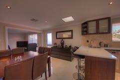 Cucina e sala da pranzo nella casa di lusso Fotografie Stock