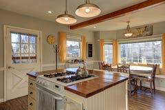 Cucina ed angolo di prima colazione recentemente rinnovati con i fasci di legno sulla c Fotografie Stock Libere da Diritti