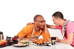 Cucina gaia delle coppie di origine etnica Mixed Fotografia Stock Libera da Diritti