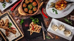 Cucina georgiana Una grande tavola posta dei piatti differenti per l'intera famiglia su un giorno libero Kebab, Lula, Lavash, for immagini stock