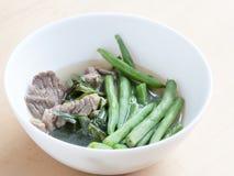 Cucina giapponese, fagiolini e minestra affettata del manzo con il cinese Fotografie Stock