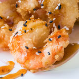 Cucina giapponese - gamberetti fritti della tempura isolati su bianco Immagini Stock Libere da Diritti