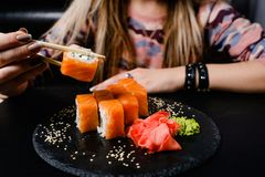 Cucina giapponese nazionale dei rotoli di sushi di Filadelfia immagine stock libera da diritti