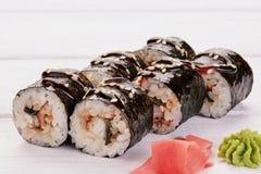 Cucina giapponese - sushi e Rolls con frutti di mare, verdure, formaggio cremoso su un fondo di legno bianco Immagini Stock Libere da Diritti