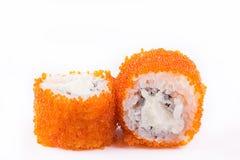 Cucina giapponese, sushi messo: il sushi ed il sushi arriva a fiumi il caviale con formaggio su un fondo bianco Fotografie Stock