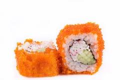 Cucina giapponese, sushi messo: il sushi ed il sushi arriva a fiumi il caviale con il cetriolo e la polpa di granchio su un fondo Immagine Stock Libera da Diritti