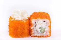 Cucina giapponese, sushi messo: il sushi ed il sushi arriva a fiumi il caviale con il cetriolo, il formaggio e la polpa di granch Fotografia Stock Libera da Diritti