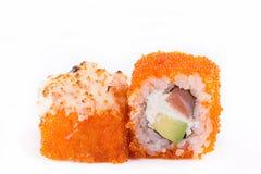 Cucina giapponese, sushi messo: il sushi ed il sushi arriva a fiumi il caviale con il salmone, il formaggio e l'avocado su un fon Immagini Stock Libere da Diritti