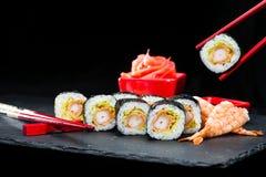 Cucina giapponese tradizionale Processo di cibo dei rotoli di sushi con Immagini Stock